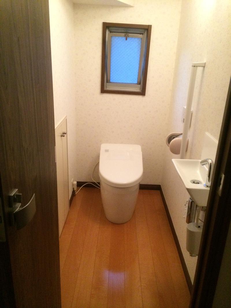 タンクレストイレに手洗い場をプラス 床と壁紙も張替えてトイレ空間